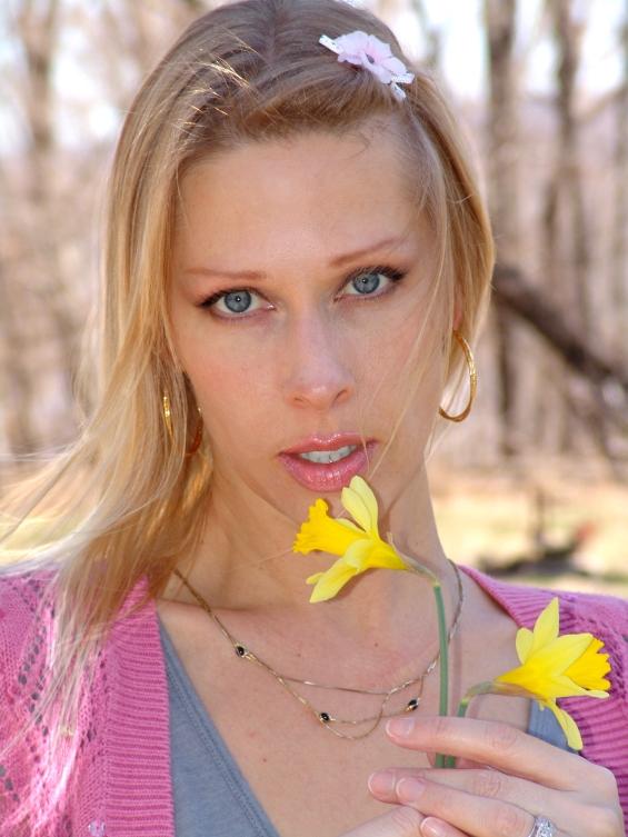 DSC06403 T & daffodil.jpg